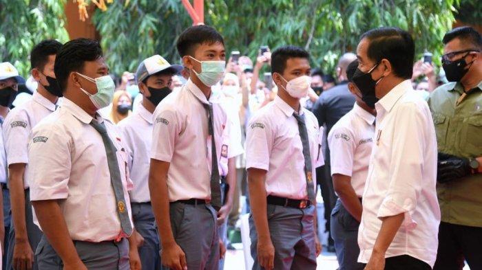 Presiden meninjau vaksinasi pelajar di SMAN 4 Serang.