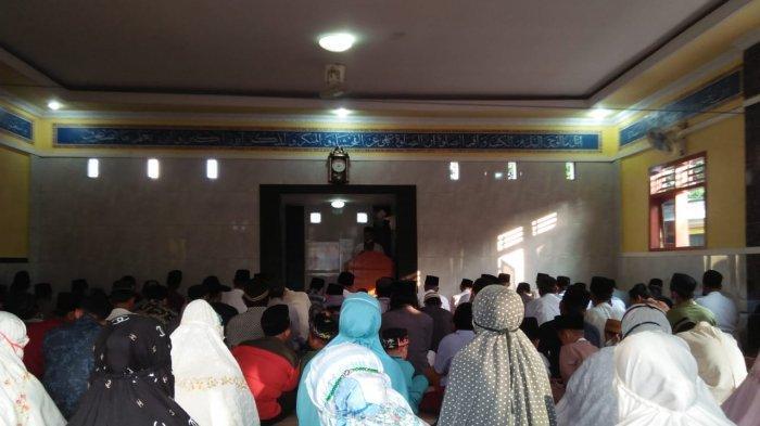Warga Kabupaten Serang Salat Idul Adha di Masjid dengan Prokes Ketat