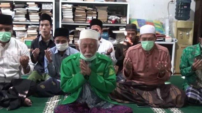 Momen Ulama Banten Abuya Muhtadi Teteskan Air Mata Pimpin Doa untuk Korban Kebakaran Lapas Tangerang