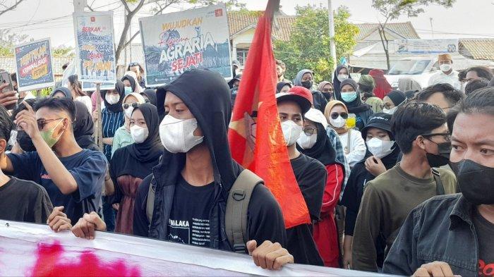 Sejumlah mahasiswa dari Liga Mahasiswa Nasional untuk Demokrasi Eksekutif Wilayah Banten menggelar aksi unjuk rasa memperingati Hari Tani Nasional pada 24 September.