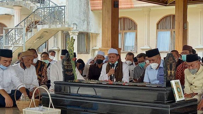 Bebas dari Tahanan, Eks Wali Kota Cilegon Iman Ariyadi Ziarah ke Makam Ayahanda