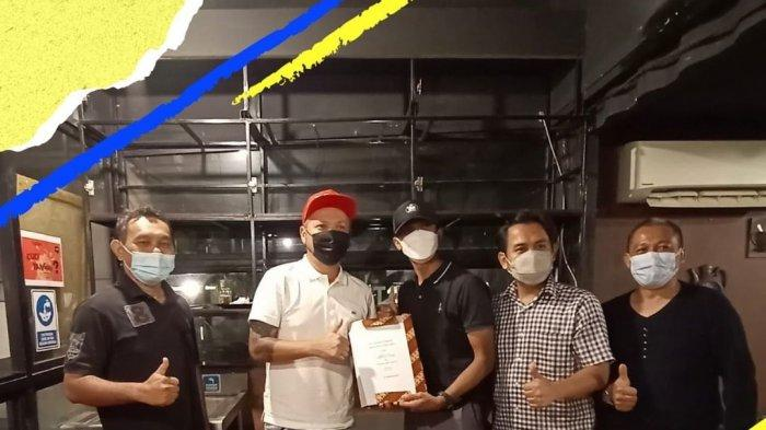 Artis Gading Marten mengakuisisi klub Persikota Tangerang. Artis Gading Marten ikut nyemplung di dunia sepak bola Indonesia dengan mengakuisisi Persikota Tangerang yang berlaga di Liga 3.