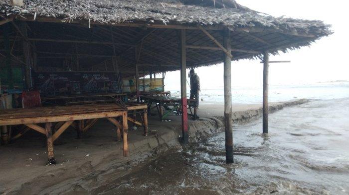 Puluhan Bangunan Rusak akibat Gelombang Pasang Terjang Kawasan Pesisir Pantai Bagedur Lebak