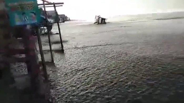 Gelombang Tinggi di Pantai Bagedur Lebak Jelang Gerhana Bulan Total, Lapak Pedagang Rusak