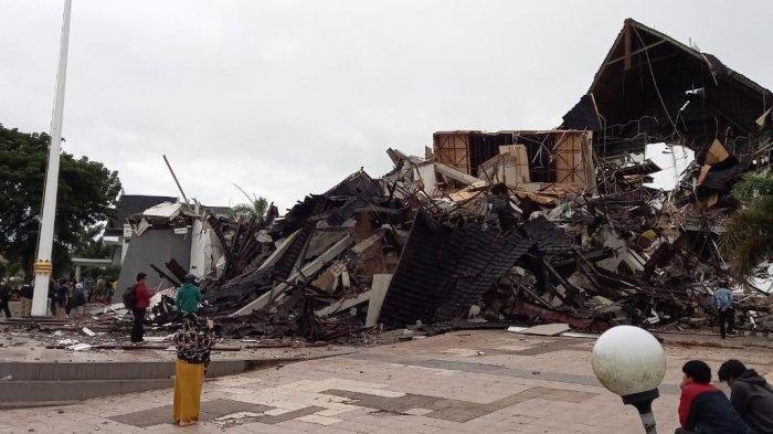 Kondisi terkini Kantor Gubernur Sulawesi Barat atau Sulbar di Jl Abdul Malik Pattana Endeng, Mamuju, Jumat (15/1/2021), usai diguncang gempa. Tampak bagian depan bangunan ambruk. Dua petugas jaga dilaporkan tertimpa reruntuhan.