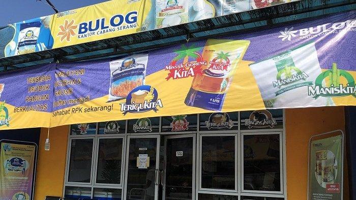 Sejumlah produk atau komoditas pangan merek KITA dijual di bawah harga pasaran di gerai Rumah Pangan Kita (RPK) Bulog Sub Divre Serang, Jalan Raya Cilegon nomor Km 3,5, Drangong, Kecamatan Legok, Kota Serang, Banten, Rabu (14/4/2021).