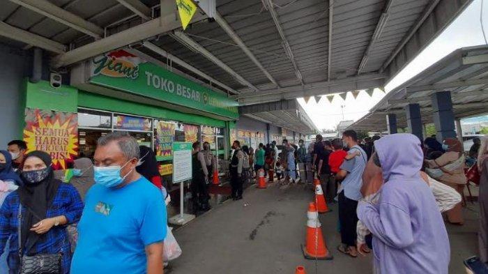 Kondisi supermarket Giant di Kota Serang dipenuhi pengunjung, Minggu (30/5/2021)