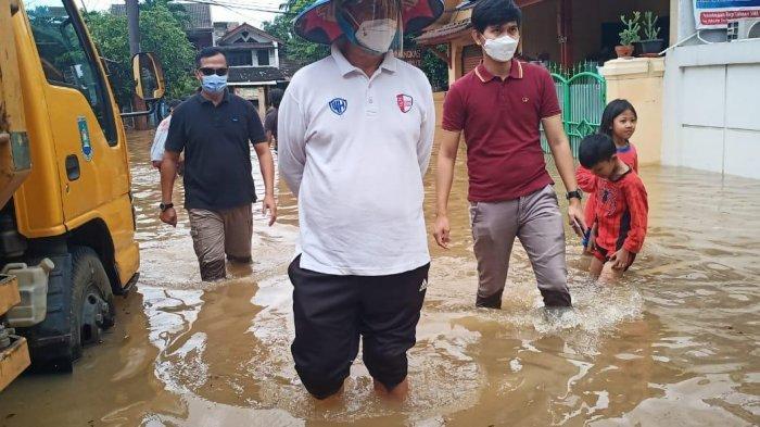 Celana Digulung dan Pakai Caping, Gubernur Wahidin Halim Nyemplung ke Lokasi Banjirdi Ciledug