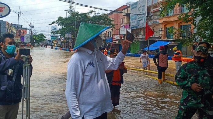 Gubernur Banten Wahidin Halim meninjau lokasi banjir di Ciledug, Kota Tangerang, Sabtu (20/2/2021) siang.