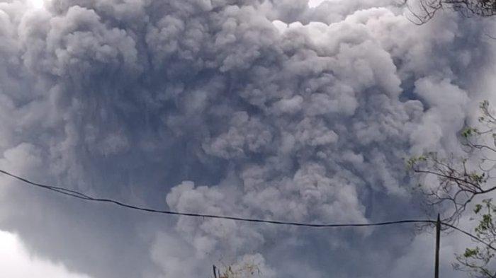 Gunung Semeru di Kabupaten Lumajang Jawa Timur, kembali meletus pada Sabtu (16/1/2021) sore pukul 17.24 WIB dan masih berlangsung hingga saat ini - BREAKING NEWS: Gunung Semeru Meletus, Muntahkan Awan Panas Guguran Sejauh 4,5 Kilometer