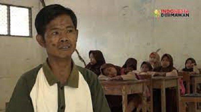 Seorang guru honorer bernama Dedi Mulyadi (39) di Kampung Baru, Desa Pasirlancar, Kecamatan Sindangresmi, Kabupaten Pandeglang, selama 14 tahun digaji Rp12.500 per hari.