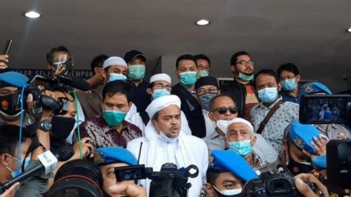 Habib Rizieq Tiba di Polda Metro Jaya Keluarkan Pernyataan, Polisi Berpakaian APD Sudah Menunggu