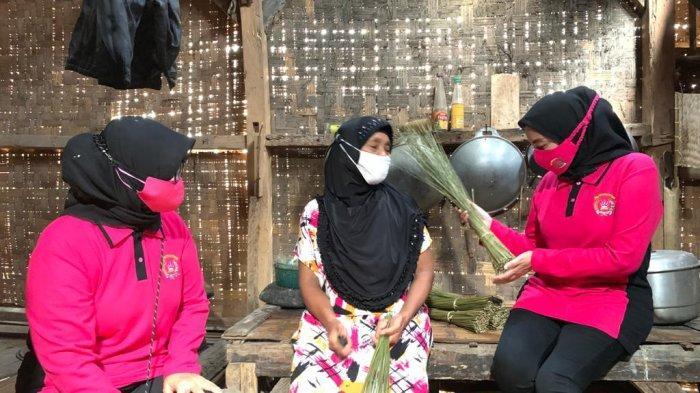 Omzet Turun Akibat Pandemi, Halimah Penjual Sapu Lidi Nangis Dikunjungi Bhayangkari Banten