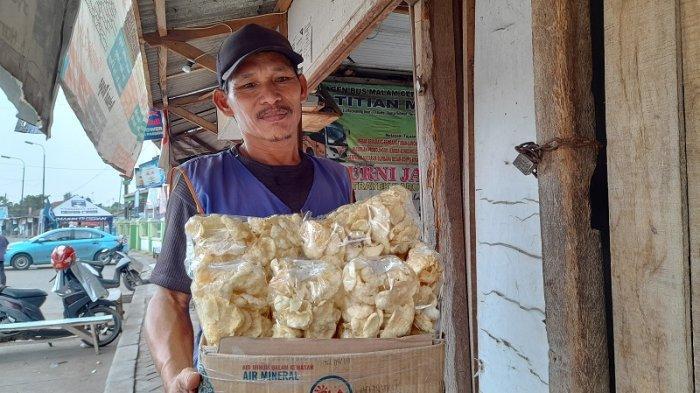 Kisah Inspiratif, Hasan Penjual Emping di Terminal Pakupatan Serang yang Sukses Sekolahkan Anak