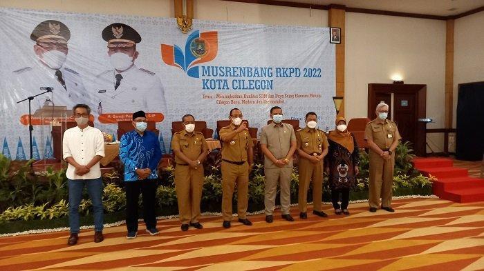 Wali Kota Cilegon Helldy Agustian (tengah) dan jajaran berfoto usai Musyawarah Rencana Pembangunan (Musrenbang) Rencana Kerja Pemerintah Daerah (RKPD) 2022, di Hotel Royal Krakatau, Kota Cilegon, Senin (5/4/2021).