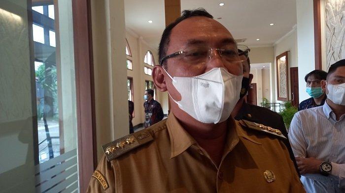 Wali Kota Cilegon Helldy Agustian (tengah) usai Musyawarah Rencana Pembangunan (Musrenbang) Rencana Kerja Pemerintah Daerah (RKPD) 2022, di Hotel Royal Krakatau, Kota Cilegon, Senin (5/4/2021).