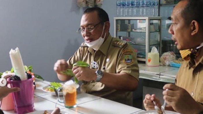 Wali Kota Cilegon Helldy Agustian Makan Siang di Warteg, Ambil Nasi dan Lauk Sendiri