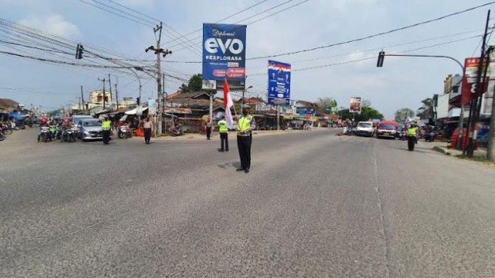Detik-Detik Proklamasi, Pengguna Jalan di Serang Matikan Kendaraan dan Ikut Hormat Bendera