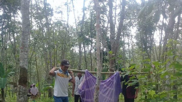 Warga membawa ibu hamil, Lina Karlina (25), melewati jalan rusak dan hutan karet, dengan tandu sarung saat hendak melahirkan diDesa Pasir Lancar, Kecamatan Sindangresmi, Kabupaten Pandeglang, Banten.