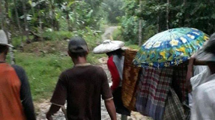Viral Ibu Ditandu dengan Sarung Usai Melahirkan di Jalan Rusak, DPRD Soroti Kinerja Pemkab Lebak