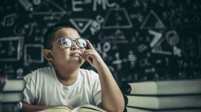 Ilustrasi - Anak sedang berpikir saat belajar