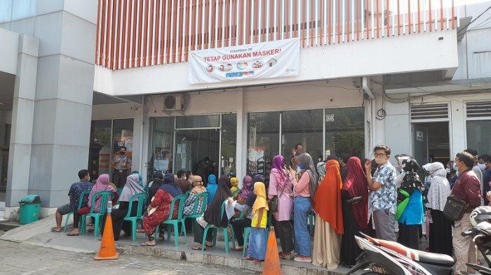 Pos Indonesia Cabang Serang Distribusikan Bansos, Ini Ekspresi Penerima Bantuan