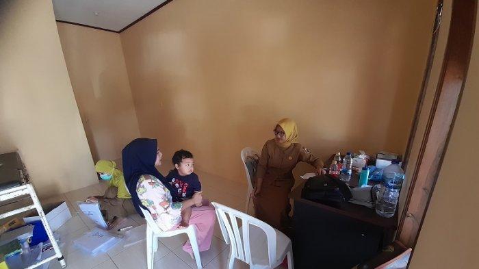 Pita Puspitasari (28) bidan di Puskesmas Cisimeut, Kecamatan Leuwidamar, Kabupaten Lebak, Banten.