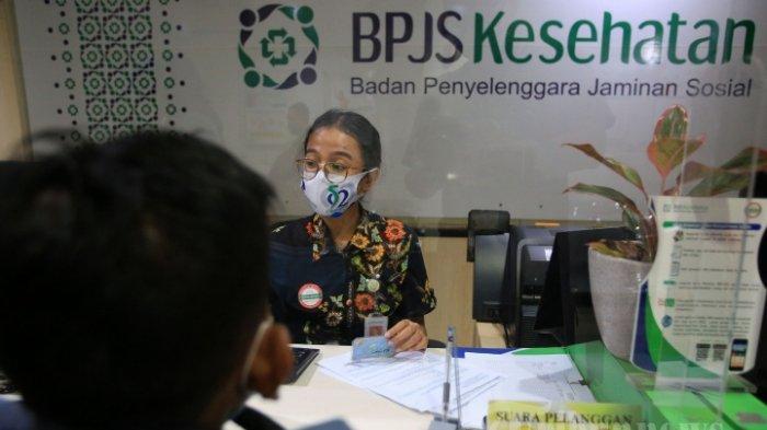 Petugas melayani pelanggan di kantor BPJS Kesehatan di Jakarta, Rabu (1/7/2020). Pemerintah menaikkan iuran BPJS Kesehatan mulai 1 Juli 2020 seperti digariskan dalam Perpres Nomor 64 Tahun 2020 tentang Perubahan Kedua Atas Perpres Nomor 82 Tahun 2018 tentang Jaminan Kesehatan dengan rincian peserta mandiri kelas I naik menjadi Rp 150.000, kelas II menjadi Rp 100.000, dan kelas III menjadi Rp 42.000 (dengan subsidi Rp 16.500 sehingga menjadi Rp 25.500).