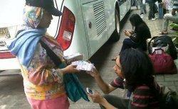 Cerita Penjaja Jasa Tukar Uang Receh di Pinggir Jalan Jelang Lebaran, Bagaimana Cara Dapat Untung?