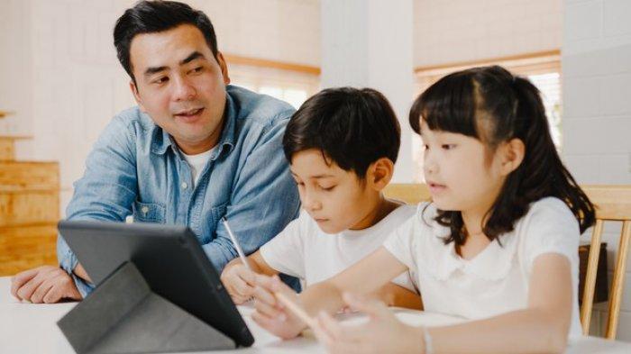 Ilustrasi - Siswa belajar di rumah didampingi orangtua.
