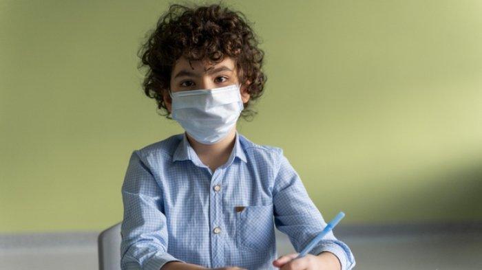 Ilustrasi - Siswa belajar memakai masker.