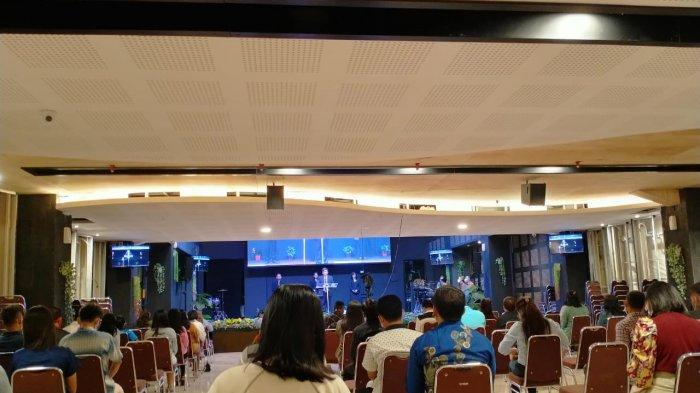 Ibadah Minggu di GBI Kota Serang Aman, Jemaat Berdoa untuk Korban Bom Bunuh Diri di Makassar