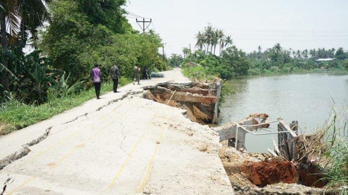 Tanggul Sungai Cisadane di Teluknaga Jebol, 1500 KK di Enam Kampung Terancam Akibat Jalan Amblas