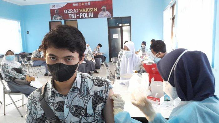 Sebanyak 444 siswa SMAN 2 Kota Serang mengikuti vaksinasi di sekolah, pada Kamis (29/7/2021).