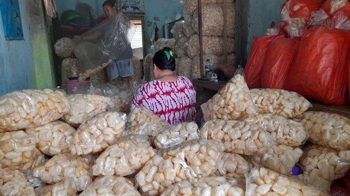 Pelaku Usaha Kerupuk Kulit di Long Jaha Serang Pilih Bertahan Meski Penjualan Anjlok dan Rugi