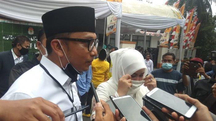 Pasangan Irna - Tanto saat di jumpai awak media usai melakukan verifikasi berkas di kantor KPU Pandeglang, sabtu (05/09/2020).