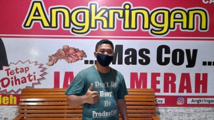 Ismail Saleh (34), pemilik Angkringan 'Mas Coy' di Kota Serang