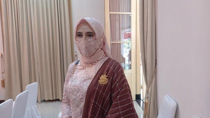 Istri Wali Kota Cilegon Helly Agustian, Hany Seviatry dirumah dinas Wali Kota Cilegon, Jalan Ahmad Yani Kota Cilegon, Jumat (26/2/2021).