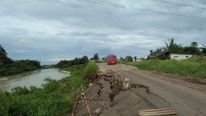 Jalan Pasir Binong Serang Ambles Sebagian, Pengendara Ngeri Kalau Lewat, Berharap Segera Diperbaiki