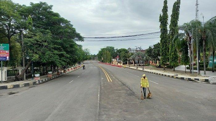 Jalan Jenderal Sudirman Kota Cilegon tampak lengang pada Kamis (1/4/2021). Pihak Polres Cilegon melakukan penutupan dan pengalihan arus kendaraan dari jalan protokol tersebut untuk pengamanan pasca-serangan teroris di Gereja Katedral Makassar dan Mabes Polri.