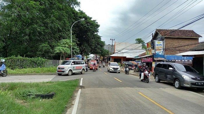 Arus kendaraan tampak ramai lancar di Jalan Letjen Suprapto Kota Cilegon pada Kamis (1/4/2021), setelah pihak Polres Cilegon melakukan penutupan dan pengalihan arus kendaraan dari Jalan Jenderal Sudirman dalam rangka pengamanan pasca-serangan teroris di Gereja Katedral Makassar dan Mabes Polri.