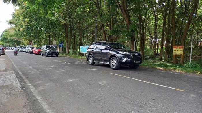 Kawasan Pantai Anyer dipadati wisatawan pada Minggu (21/3/2021).