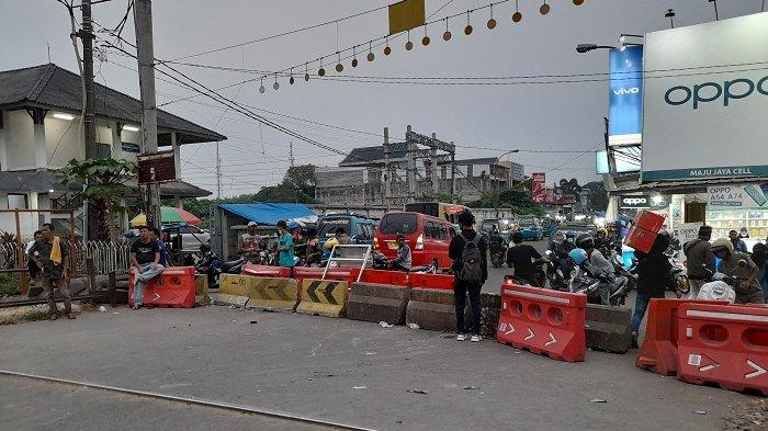 Jalan Menuju Pasar Rangkasbitung dan Stasiun Rangkas Ditutup Barrier Beton