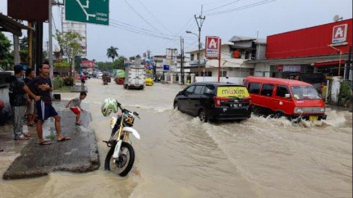 Jala Lebak-Pandeglang tepatnya berada di Simpang Mandala, Kecamatan Cibadak, Kabupaten Lebak, Banten sempat terputus akibat banjir yang terjadi sejak Selasa (14/9/2021) dini hari.