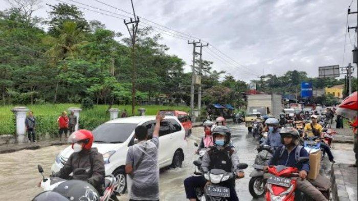 Jalan Raya Pandeglang-Lebak Sempat Terputus Akibat Banjir, Antrean Kendaraan Mengular Hingga 1 Km