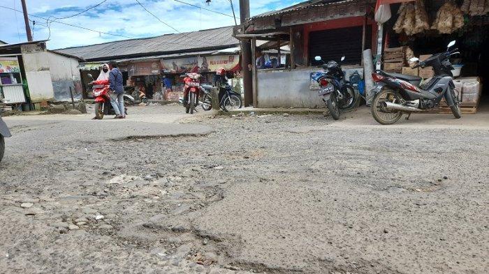 Jalan Raya Pandeglang Pari, tepat di depan kantor Kecamatan Mandalawangi Pandeglang, Senin (1/3/2021), tampak mengalami kerusakan berat. Warga mengatakan titik jalan itu rusak sejak 10 tahun lalu dan kerap terjadi kecelakaan pada malam hari.