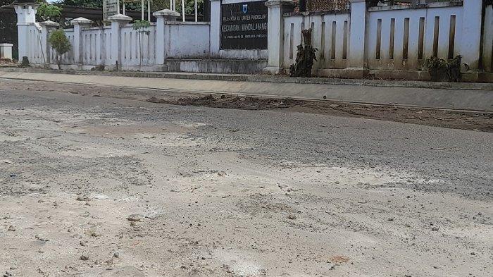 Jalan di Depan Kantor Kecamatan Mandalawangi Rusak Sejak 10 Tahun, Kerap Kecelakaan Malam Hari