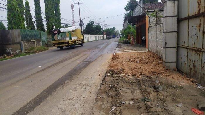 Kondisi Jalan Raya Legok-Karawaci, Kelapa Dua, Kabupaten Tangerang, tanpa truk terbengkalai, Jumat (20/8/2021).