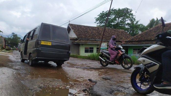 Akses jalan pariwisata ke Pantai Carita, Jalan Raya Pari Pandeglang, Km. 17, Mandalawangi, Kabupaten Pandeglang rusak dan berlubang.