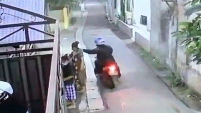 Detik-detik Pencurian di Ciputat Terekam CCTV, Emak-emak Berkalung Emas Dijambret saat Belanja Sayur